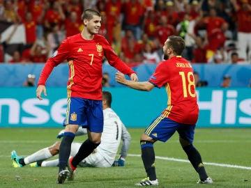 Morata celebra un gol con Jordi Alba en la selección española