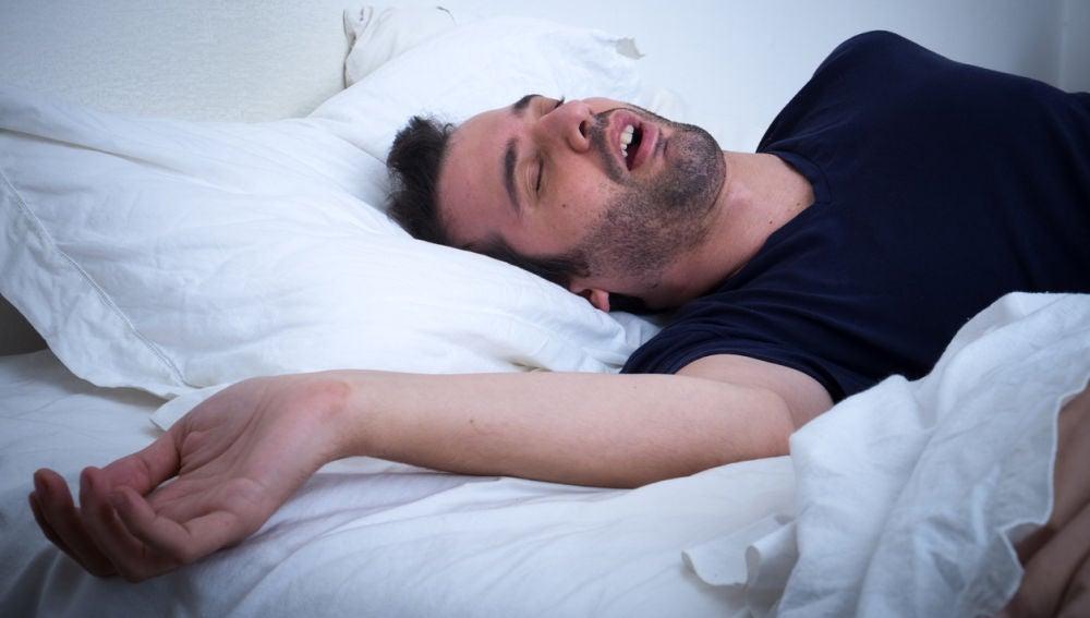 Un hombre roncando