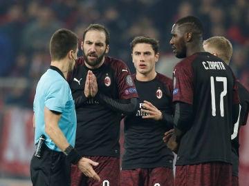 Los jugadores del Milan protestan una acción ante el árbitro