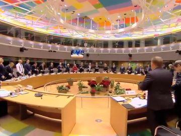 los 28 han guardado en pie un minuto de silencio en homenaje a las víctimas del atentado perpetrado el martes en Estrasburgo