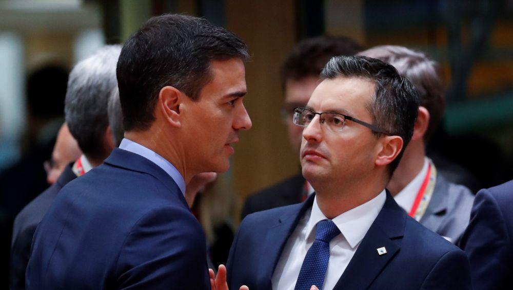 El presidente español, Pedro Sánchez, habla con el primer ministro esloveno, Marjan Sarec