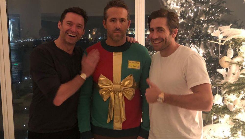 Hugh Jackman y Jake Gyllenhaal se burlan de Ryan Reynolds en Navidad