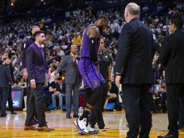LeBron James abandona el partido tras sufrir una lesión
