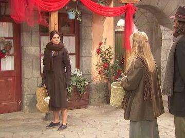 Tenso encuentro entre Isaac, Antolina y Elsa en la plaza