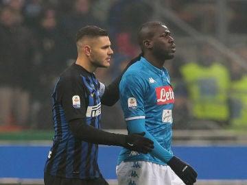 Icardi intenta calmar a Koulibaly en el Inter-Nápoles