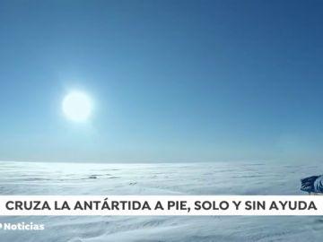 Un hombre recorre andando por primera vez la Antártida