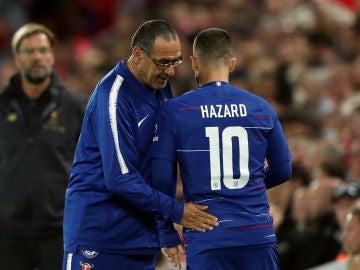 Sarri da instrucciones a Hazard en un partido del Chelsea