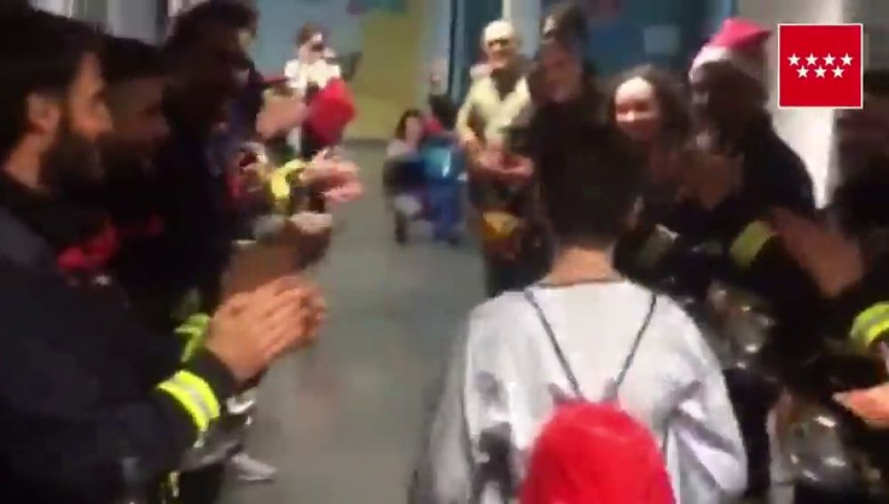 """Bomberos y agentes Forestales hacen """"un pasillo"""" a un niño en su camino al quirófano"""