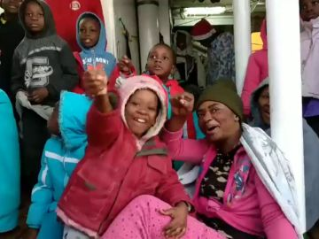 Gritos de 'victoria' entre los inmigrantes del Open Arms a su llegada al puerto de Algeciras