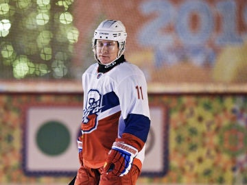 Vladimir Putin, jugando al hockey hielo