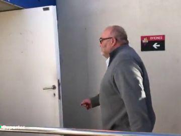 La afición del Reus recibe a Joan Oliver con pintadas e insultos ante la delicada situación del club
