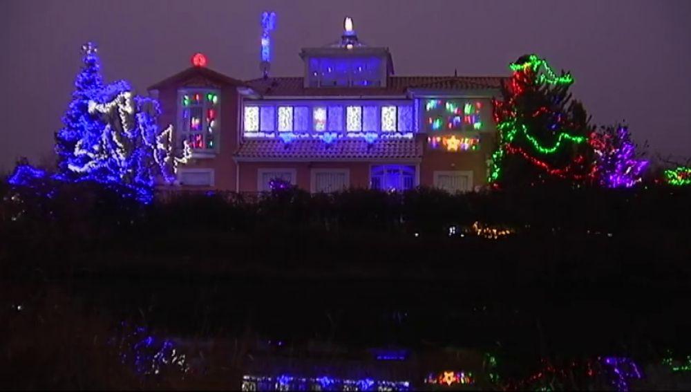 'La casa de las luces' de Valladolid se llena de visitas en fechas Navideñas por su gran decoración de luces, hinchables y adornos.