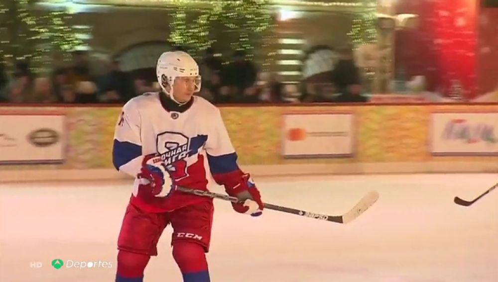 Vladimir Putin en estado puro: el presidente de Rusia disfruta del hockey en la Plaza Roja de Moscú