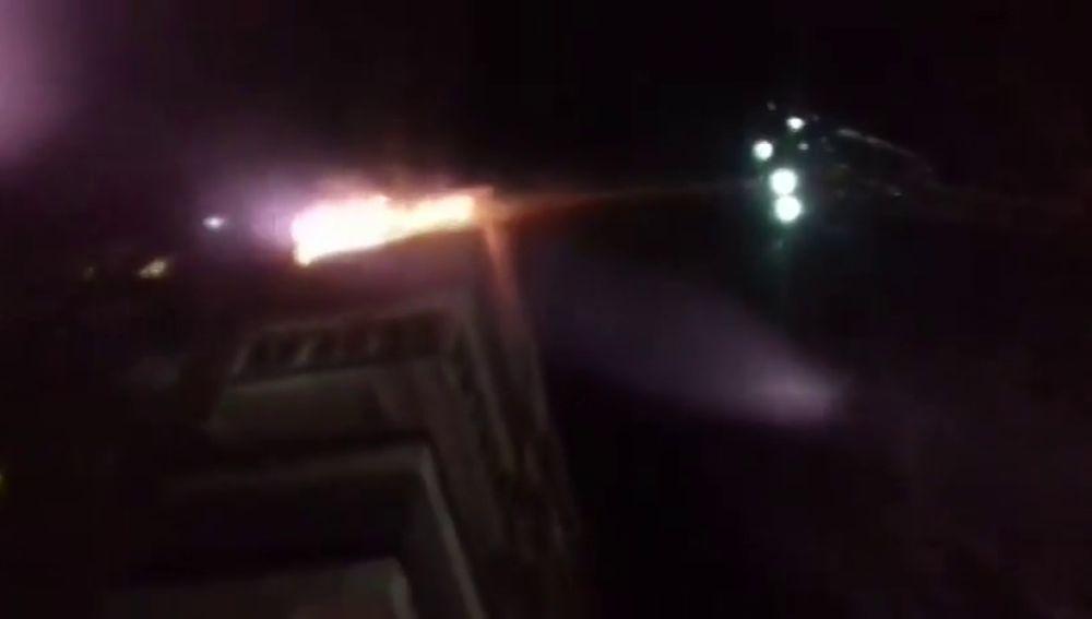 Los bomberos tratan de apagar un fuego provocado por un cohete en Alcorcón