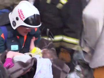 Rescatan a un bebé de once meses enterrado bajo los escombros de un edificio derrumbado en Rusia