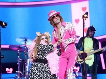 Anabel Alonso y Jordi Coll protagonizan una muy divertida actuación como Peggy y Elton John