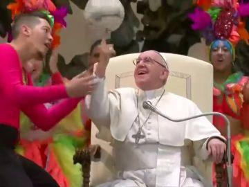 El papa Francisco se anima a hacer malabares con un balón en la audiencia del Vaticano