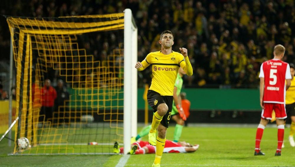 Christian Pulisic tras marcar un gol con el Borussia Dortmund
