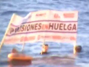 Funcionarios de prisiones se bañan con pancartas en la playa frente a la residencia de Sánchez