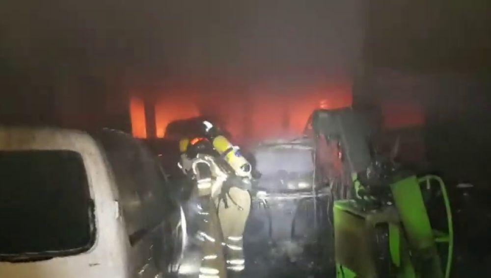 Un incendio en La Almunia destruye un taller y obliga a desalojar dos viviendas