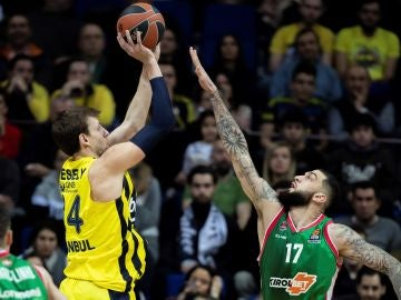 Poirier intenta anotar ante la defensa de Vesely