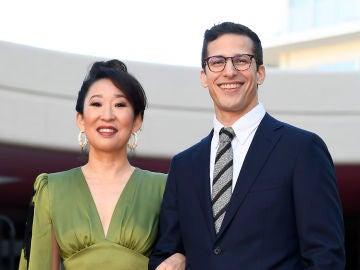 Sandra Oh y Andy Samberg, presentadores de la 76 edición de los Globos de Oro