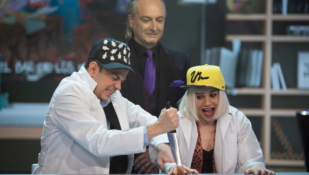 La youtuber Angy Fernández a punto de perder la mano enfrentándose al #ChuchilloChallenge