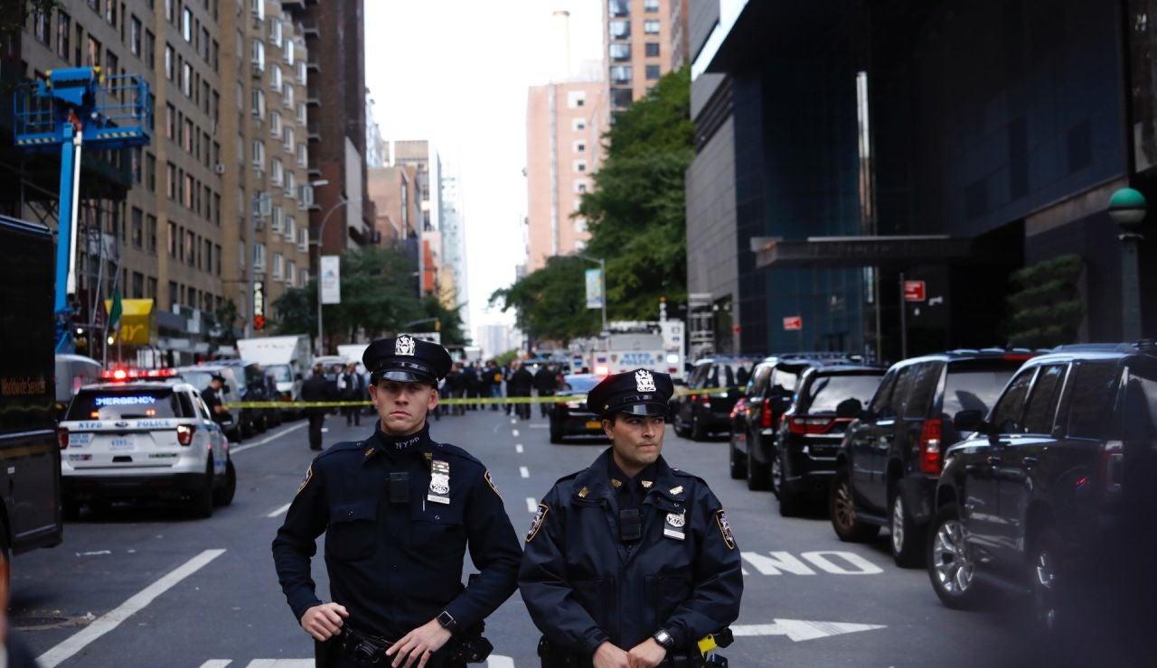 Varios policías acordonan una calle de Nueva York, en un operativo