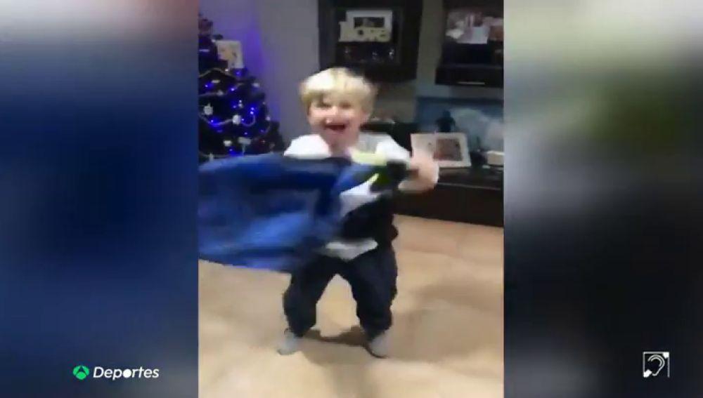 Felicidad en estado puro: la reacción de un niño al recibir por Reyes una camiseta del Cádiz