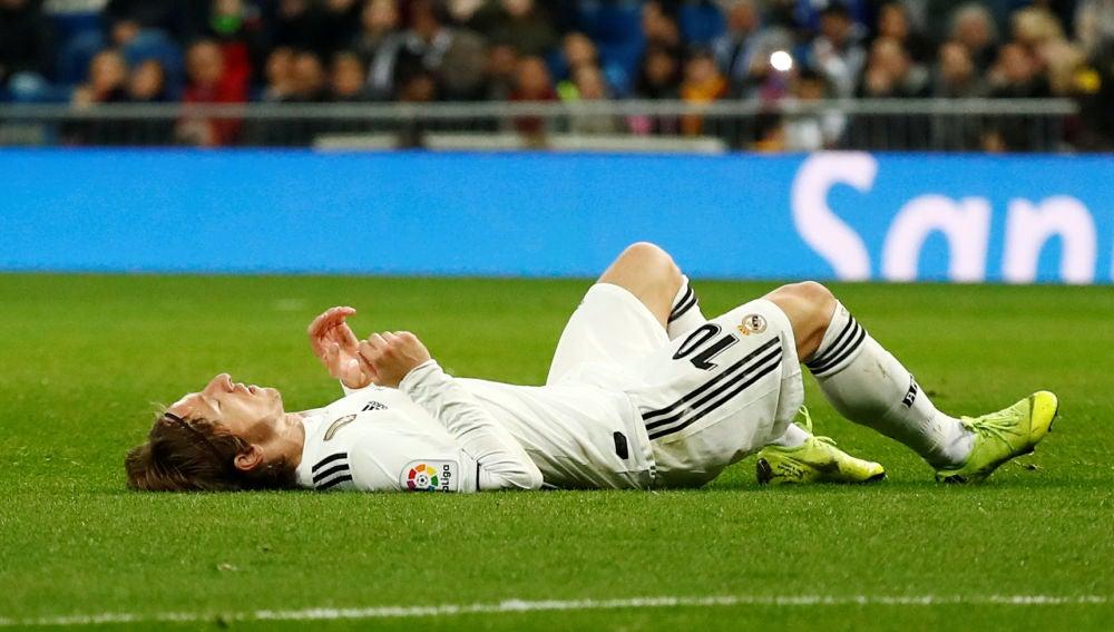Luka Modric, tirado en el césped