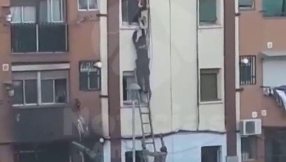 El angustioso rescate de un bebé en el incendio de un edificio de Badalona
