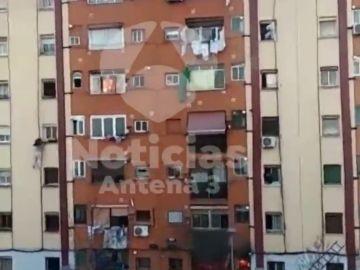 Una señora escapa por la ventana del incendio en Badalona
