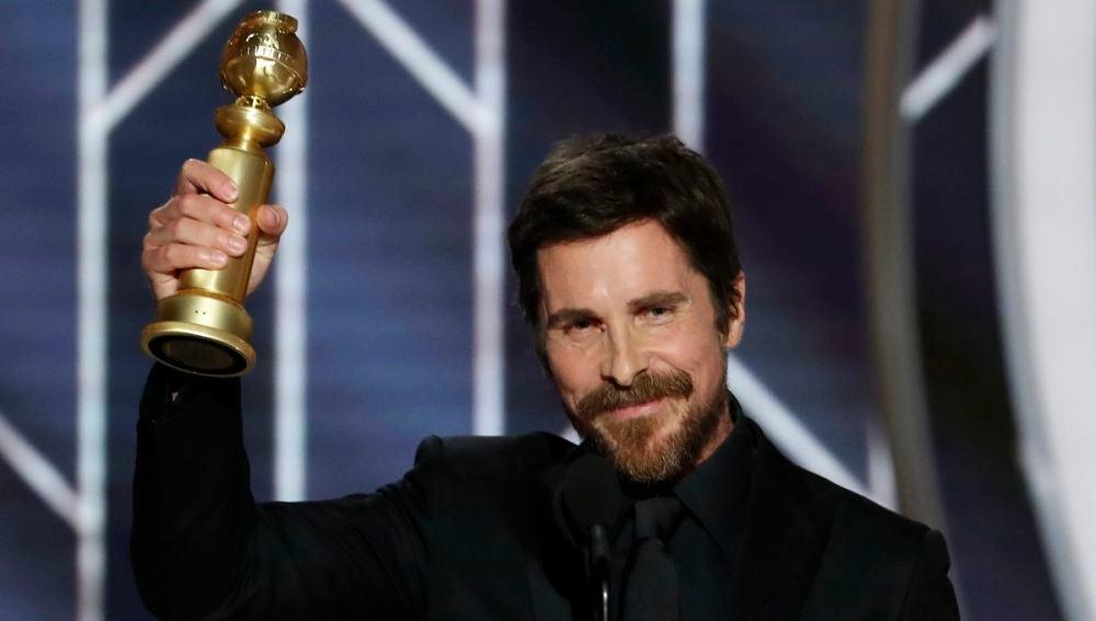 Christian Bale con su Globo de Oro a Mejor Actor