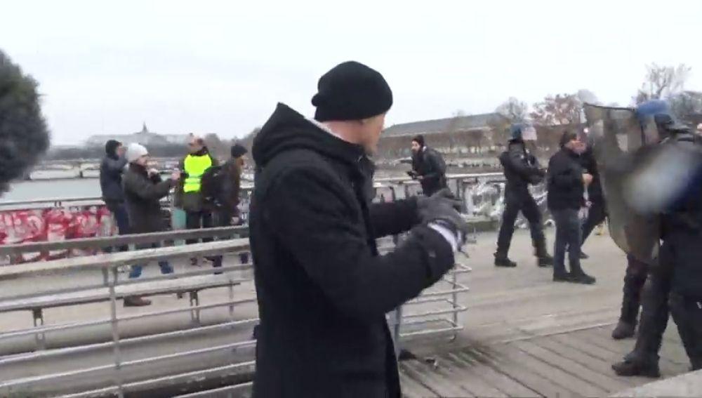 Se entrega el boxeador que golpeaba a la policía francesa en las protesta de los chalecos amarillos