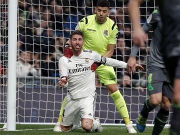 Sergio Ramos protesta una acción en el partido contra la Real Sociedad