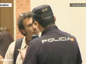 Kichi, el alcalde de políticas antidesahucios, pide a unos okupas que desalojen el edificio