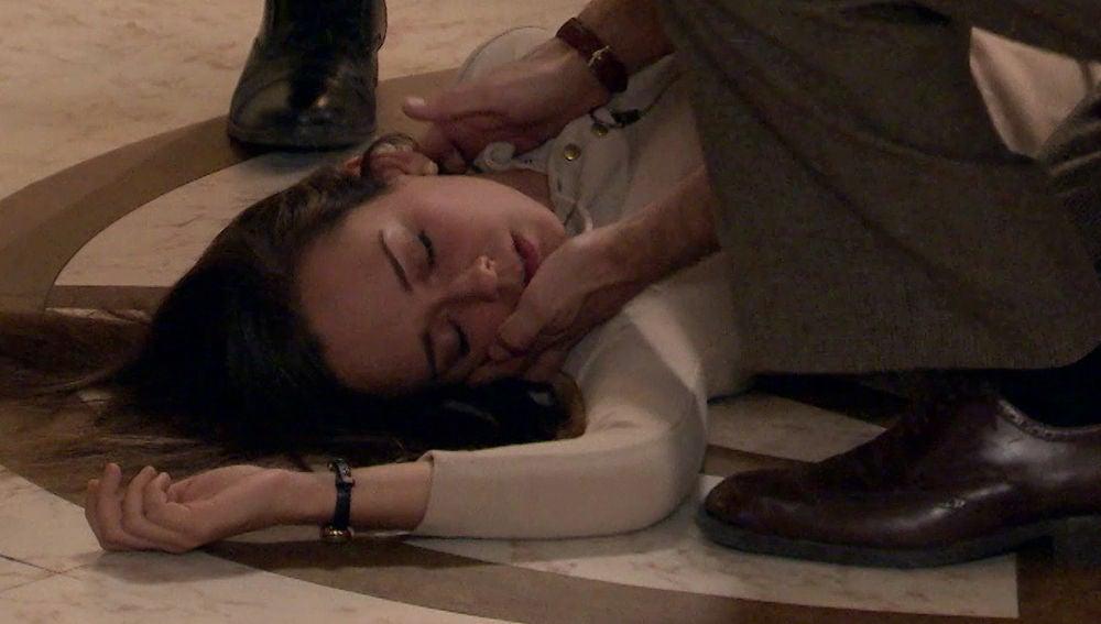 Mónica se desmaya al escucha la fuerte discusión entre su padre Gabriel y su tío Carlos