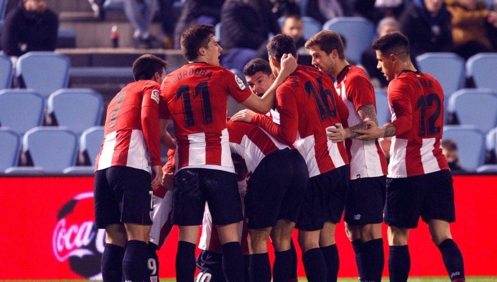 Los jugadores del Athletic celebran el gol de Iker Muniain en Balaídos