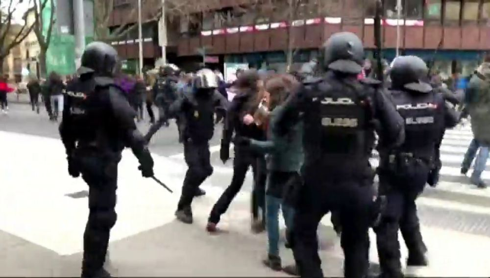Cargas policiales contra un grupo de okupas en Pamplona