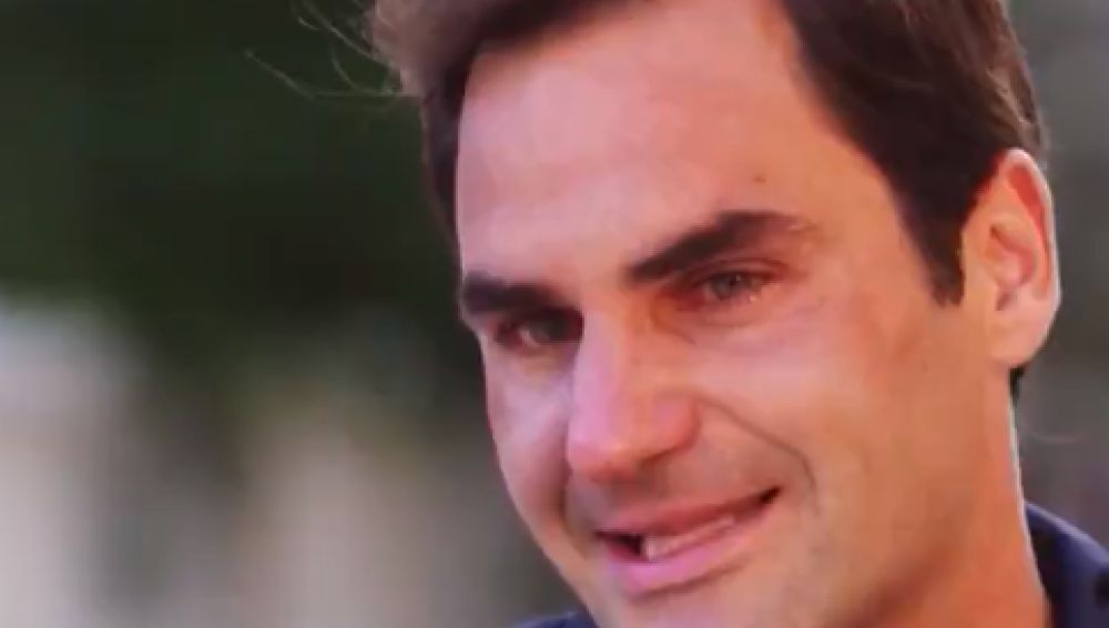 Federer se emociona durante la entrevista