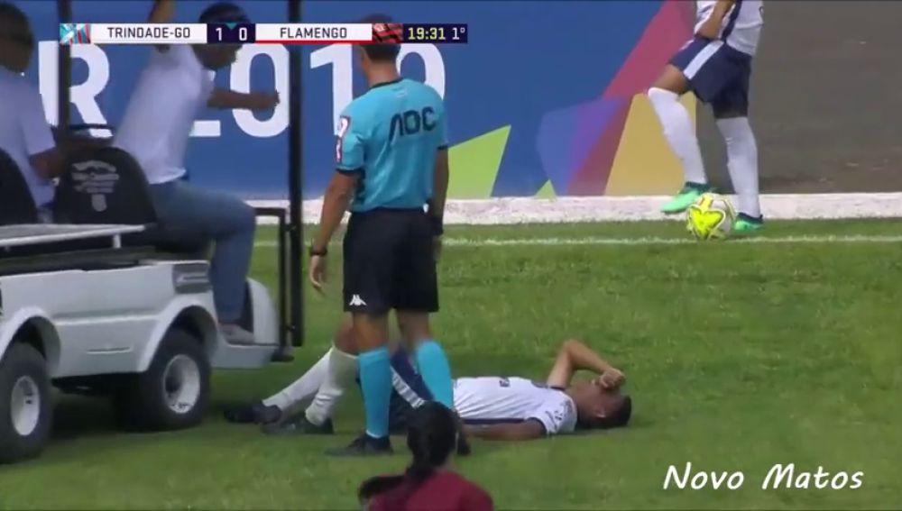 Un carrito de asistencia médica atropella a un jugador lesionado