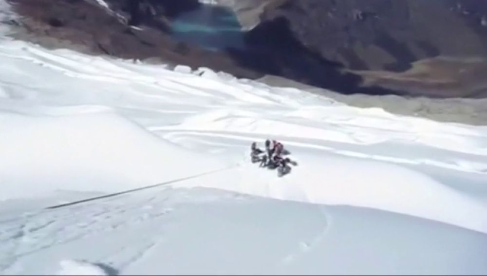 Rescatan los cuerpos sin vida de los tres montañeros españoles y su guía peruano fallecidos en una avalancha en los Andes