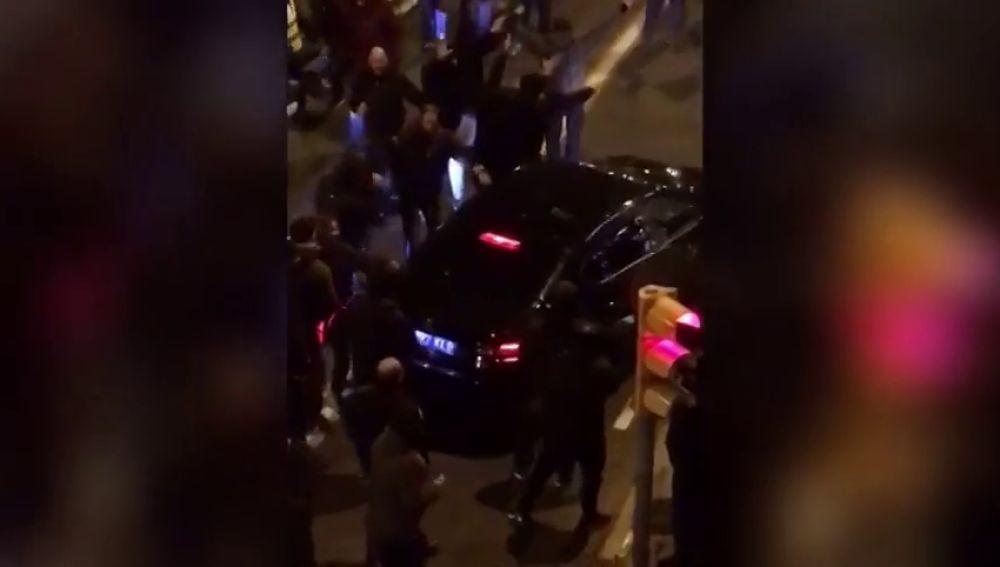 El momento en el que la multitud rodea a un VTC y empiezan a golpear el vehículo