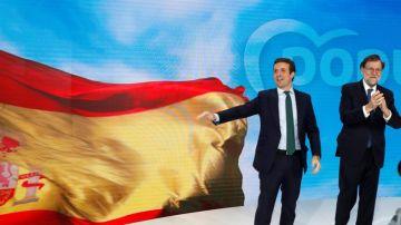 El expresidente del gobierno Mariano Rajoy, y el presidente del PP Pablo Casado