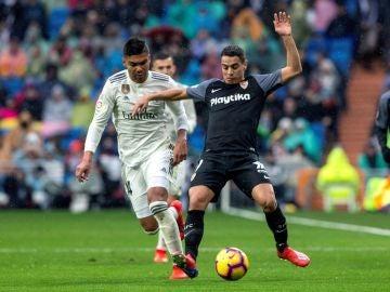 Ben Yedder protege el balón ante Casemiro