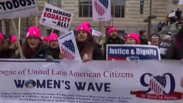Las mujeres marchan contra Trump en Washington por tercera vez