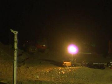 La perforadora sigue trabajando durante la noche