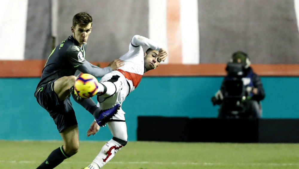 Diego Llorente puja con Embarba