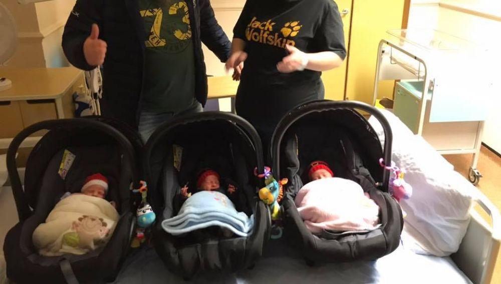 La pareja con sus tres hijos