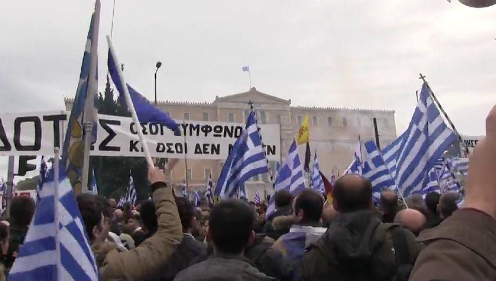 Miles de personas se manifiestan en Atenas contra el cambio de nombre de Macedonia